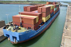 Por primera vez un barco de gran calado cruzó por la esclusa de Yacyretá