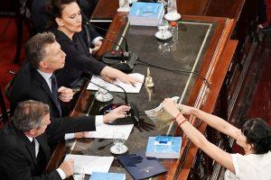 Buenos Aires: Una legisladora le acerca una bolsa de yerba al presidente, Mauricio Macri, quien, acompañado por la vicepresidenta, Gabriela Michetti, dejó inaugurada las sesiones ordinarias.  Foto: José Romero/Télam/ddc 01/03/2017