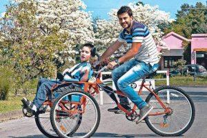 Un triciclo para que chicos con parálisis paseen con sus padres