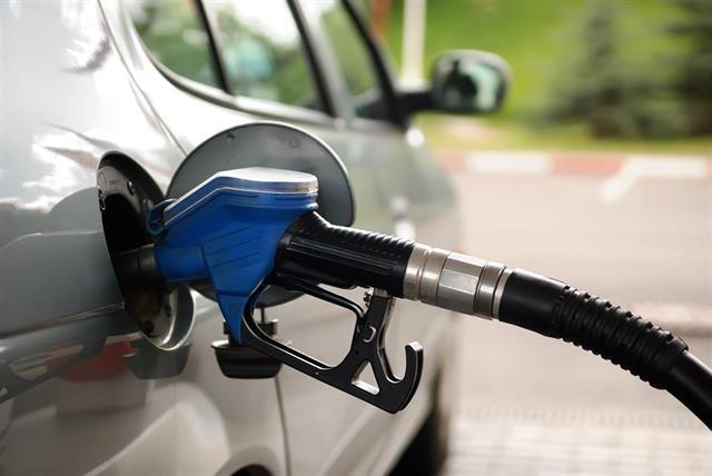 Congelan precio de naftas, y compensarán con subas mensuales hasta diciembre