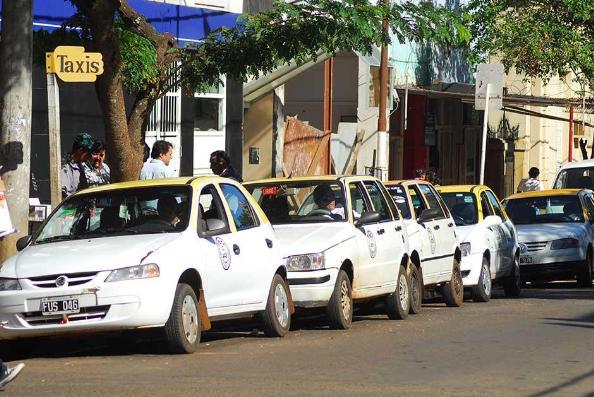 Los taxistas pedirán mañana aumento del 30% en bajada de bandera y 10% en la ficha