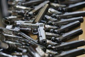 Los riesgos que se asumen cuando ingresa un arma al hogar