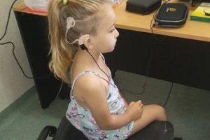 Samira recibió su segundo implante coclear que le permite escuchar por completo
