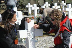 Familiares de los soldados argentinos caídos en Malvinas que fueron identificados viajarán a las islas a colocar las placas