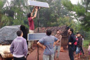 Alumnos de ingeniería de la Universidad Austral instalaron paneles solares en comunidades guaraníes