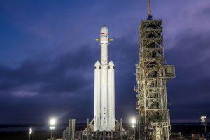 SpaceX lanzó el Falcon Heavy, el cohete más potente del mundo que viaja rumbo a Marte