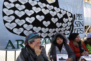 Familiares de submarinistas del ARA San Juan protestan encadenadas