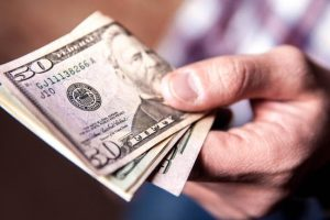 El Central intervino sobre el cierre y el dólar volvió a la banda cambiaria por primera vez en una semana