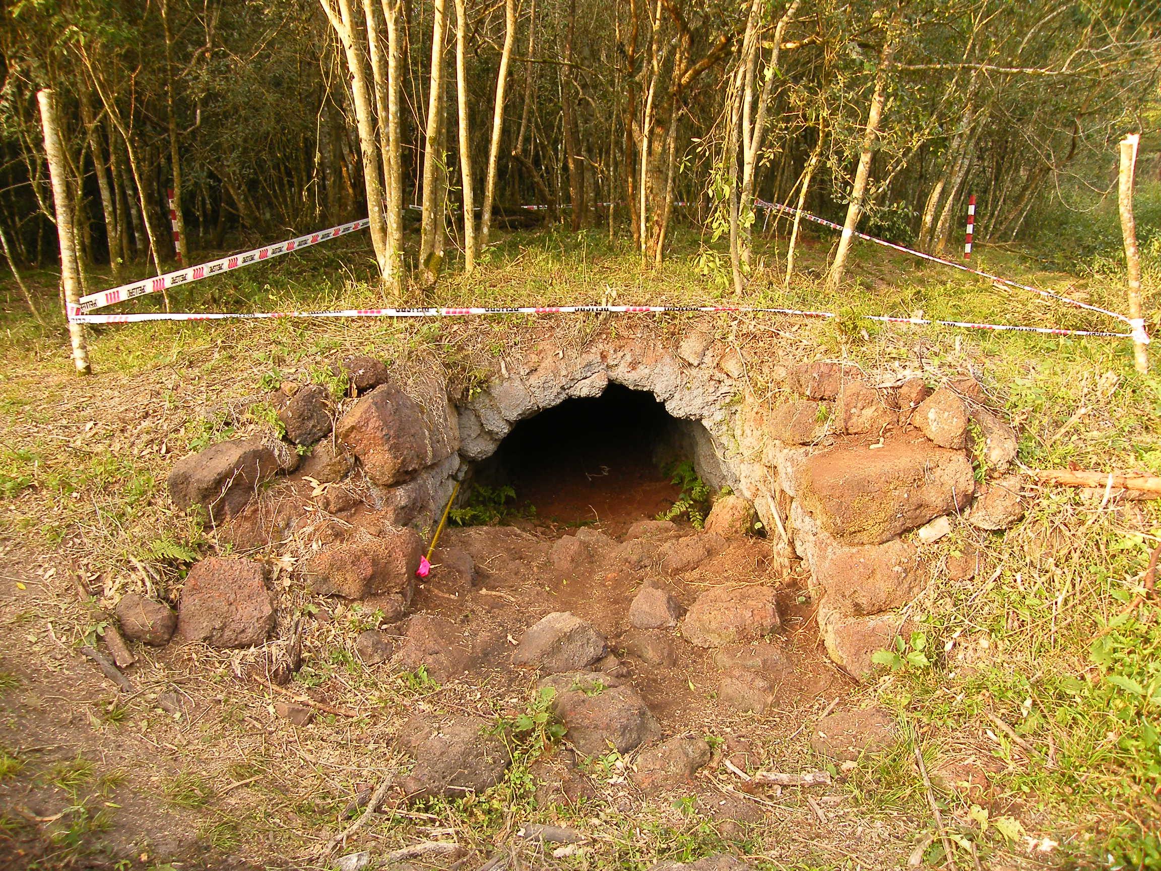 Encontraron un secadero de yerba tipo barbacuá histórico en Mártires
