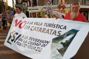 """Iguazú, mientras presentan las """"villas turísticas"""" a empresarios, los vecinos salieron a las calles a protestar"""
