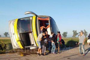Volcó un micro de Crucero que viajaba a Córdoba; se informó que no hubo heridos de gravedad