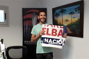 Ingenio misionero: Es de Puerto Esperanza y recicla los carteles de candidatos políticos para hacerbolsos y mochilas sustentables