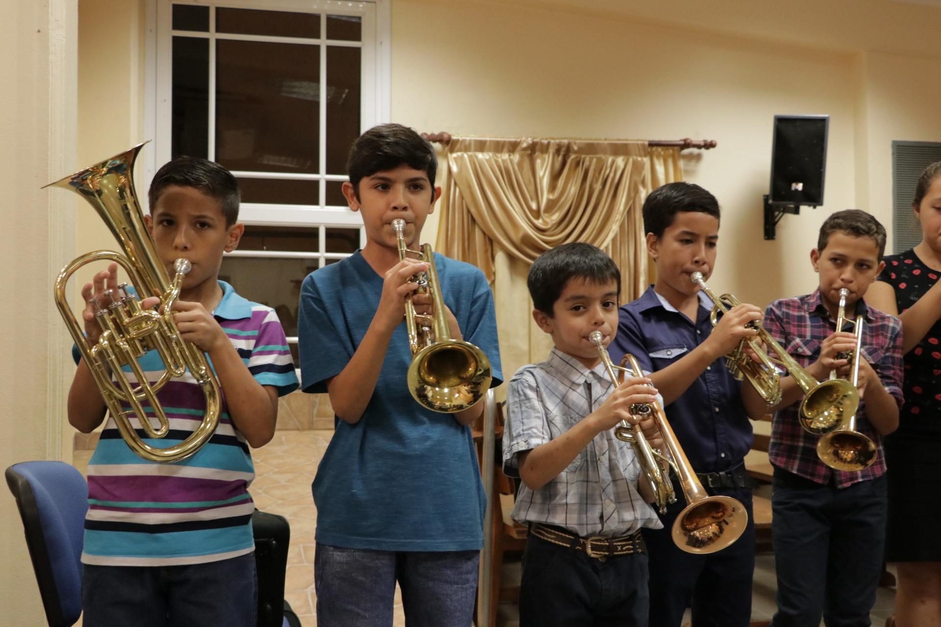 Passalacqua entregó instrumentos a una banda musical de más de 60 años de existencia
