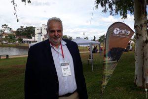 Martínez, en el Parque de la Integración. Parado en la Argentina, a 20 metros de Brasil.