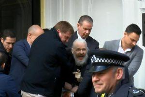 Lenin Moreno canceló asilo de Assange, quien fue detenido