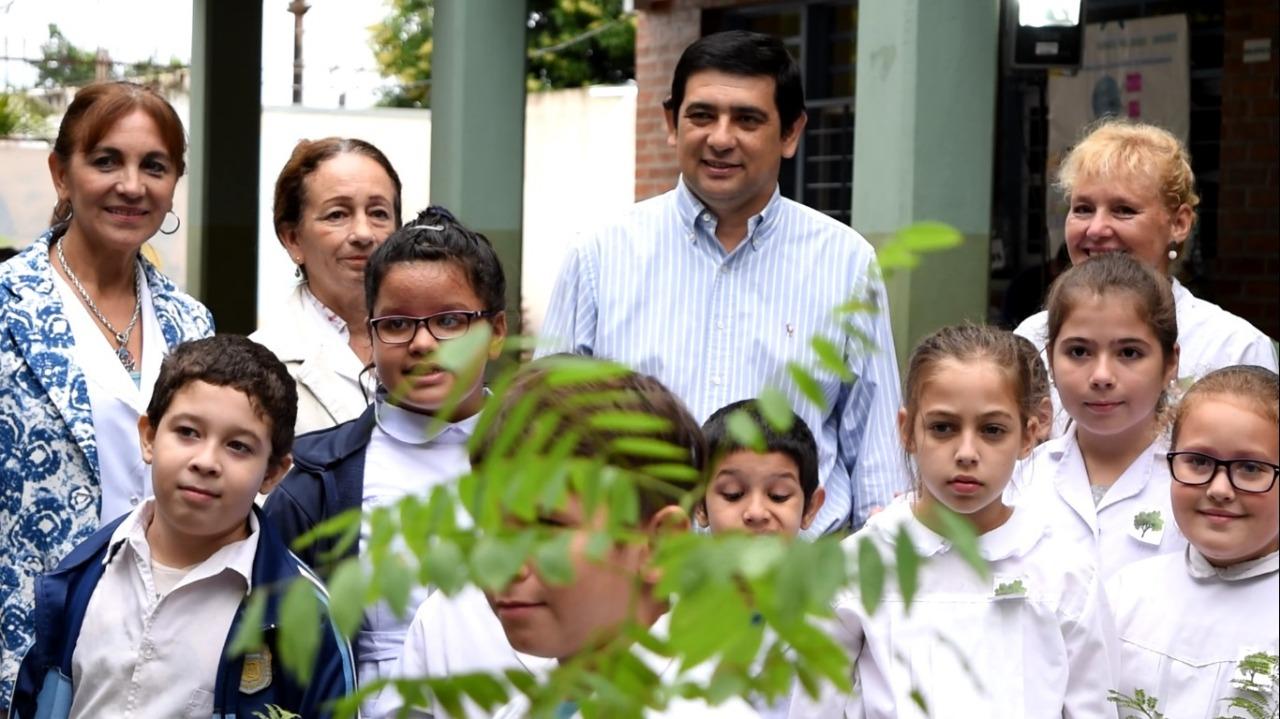 """Programa """"20.000 árboles"""": Losada plantó especies nativas junto a alumnos de la escuela 528"""