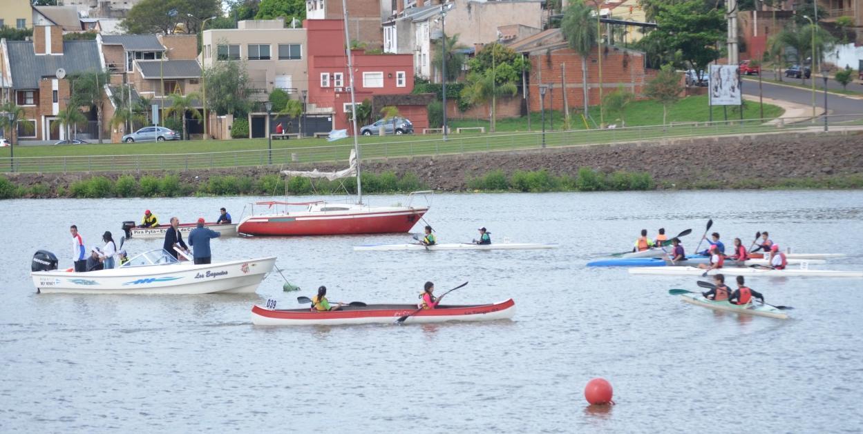 La EBY entregó 15 kayaks que fueron fabricados en Posadas, al club Pirá Pytá