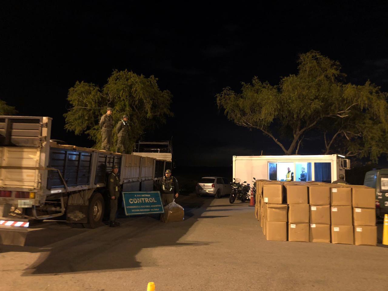 Transportaba más de doce toneladas de tabaco a granel sin el aval legal