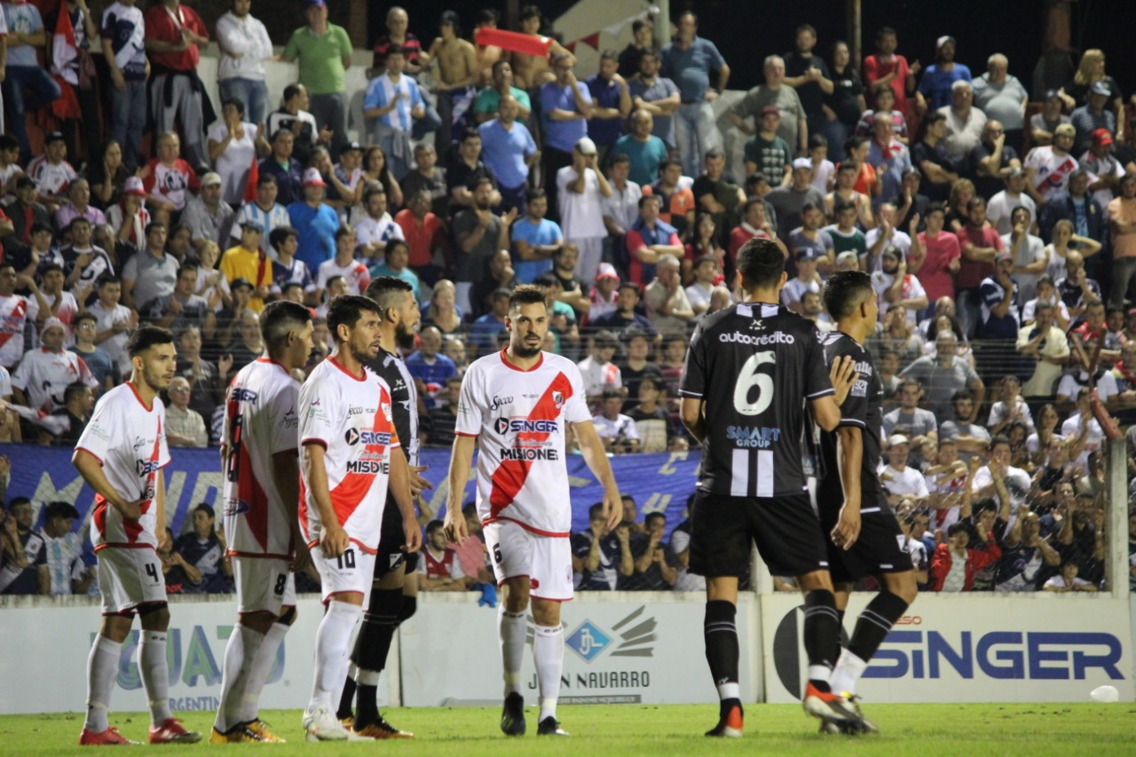 Con un arbitraje bochornoso e incidentes, Guaraní comenzó abajo en la final