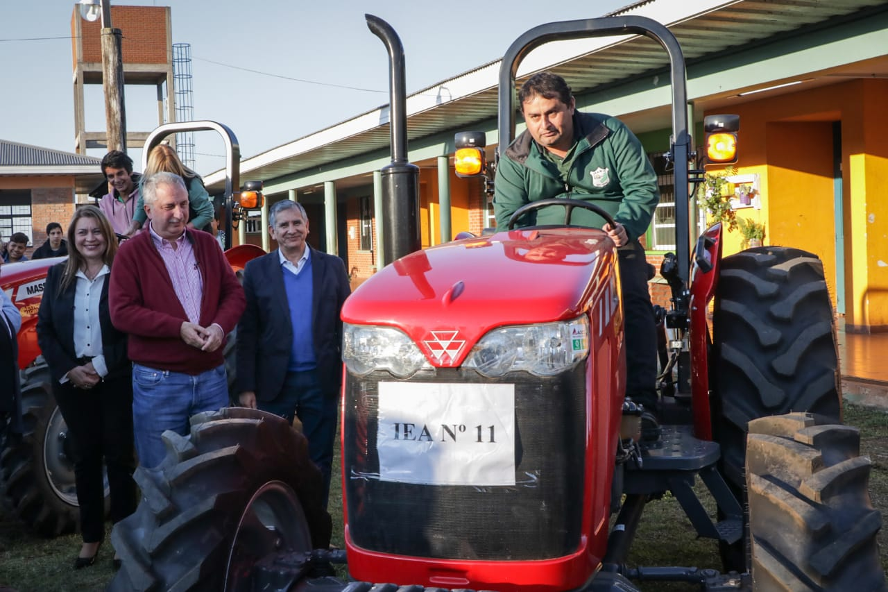 Passalacqua entregó tractores a las escuelas Agrícolas de Garupá, Delicia y San Javier