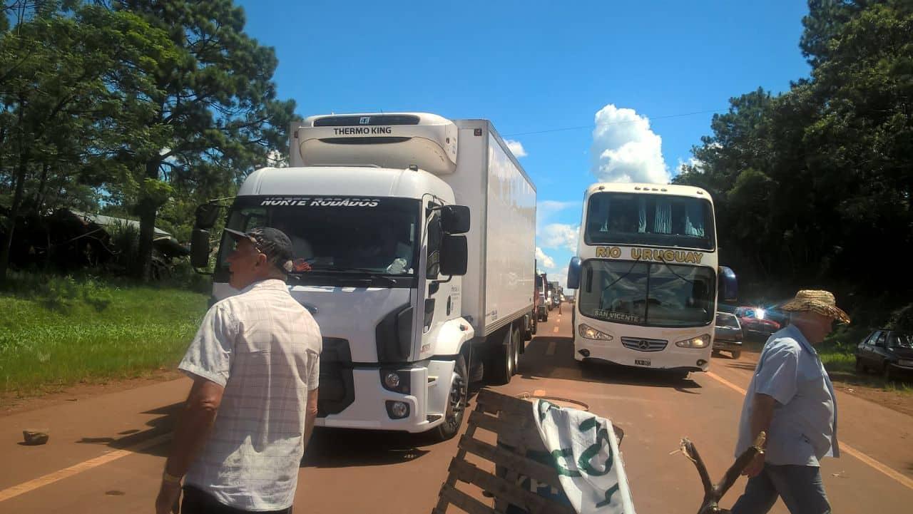 Corte en San Vicente. Micros y camiones hicieron la espera hasta que se despejaba cada media ho.ra