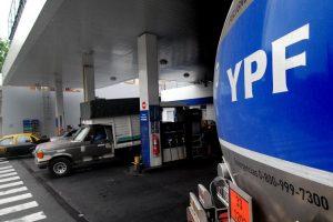Estaciones analizan cargar un plus al precio de las naftas