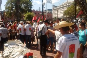 Yerbatazo: productores regalaron yerba en Plaza de Mayo como medida de protesta