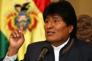 """BOL01. LA PAZ (BOLIVIA), 28/08/2013.- El presidente de Bolivia, Evo Morales, habla durante una rueda de prensa hoy, miércoles 28 de agosto de 2013, en La Paz (Bolivia), en la que pidió a Brasil """"devolver"""" al senador opositor Roger Pinto a la Justicia boliviana para contribuir a la lucha contra la corrupción. Pinto huyó al país vecino el viernes pasado desde la Embajada de Brasil en La Paz con la ayuda del diplomático Eduardo Saboia y soldados de ese país, en dos automóviles oficiales de la legación. EFE/Martin Alipaz"""