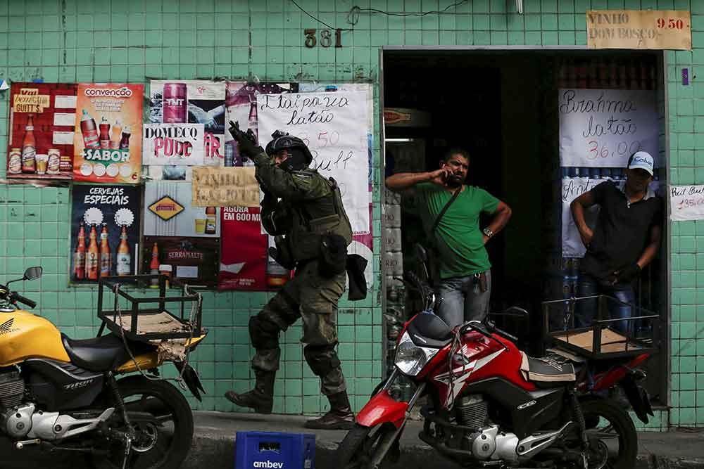 Brasil: De mañana, el Ejército pero de noche, los narcos