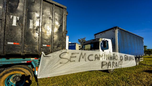 Paro de camioneros en Brasil, pone en alerta al vecino país
