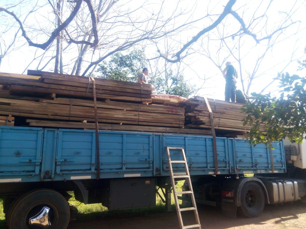 Retienen un camión con madera nativa aserrada en la Ruta 14