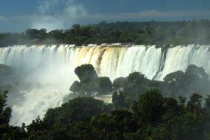 Llegó el turista medio millón a las Cataratas del Iguazú y los hoteles están colmados, pero hay preocupación en el sector