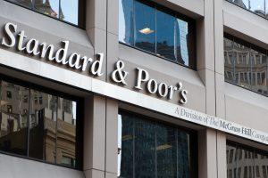 Standard & Poor´s advierte que podría bajar a «negativa» la calificación de la deuda argentina