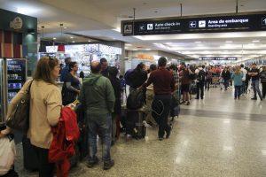 zzzznacp2NOTICIAS ARGENTINAS BAIRES, OCTUBRE 30: Los trabajadores aeronáuticos realizarán mañana un paro de 24 horas que afectará a todos los vuelos de Aerolíneas Argentinas y Austral, aunque este lunes comenzaron las primeras cancelaciones, en reclamo de un aumento salarial del 26%.  Foto NA: MARIANO SANCHEZzzzz