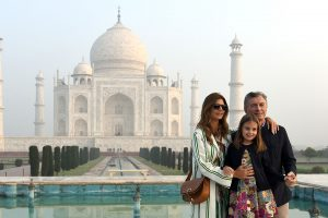 "This handout photograph released by India's Ministry of External Affairs (MEA) on February 17, 2019 shows Argentina's President Mauricio Macri (R) and wife Juliana Awada (L) with their daughter Antonia during a visit the Taj Mahal in Agra. - Macri is on a three-day state visit to India. (Photo by Handout / INDIAN MINISTRY OF EXTERNAL AFFAIRS / AFP) / RESTRICTED TO EDITORIAL USE - MANDATORY CREDIT ""AFP PHOTO / Indian Ministry of External Affairs (MEA)"" - NO MARKETING NO ADVERTISING CAMPAIGNS - DISTRIBUTED AS A SERVICE TO CLIENTS -"