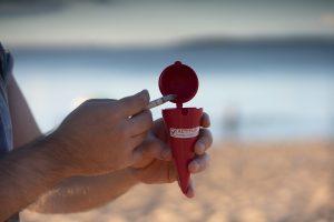 Verano: Jóvenes entregan ceniceros playeros para insistir en el cuidado del ambiente