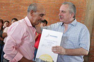 Passalacqua entregó títulos de propiedad a colonos de El Soberbio y Pozo Azul