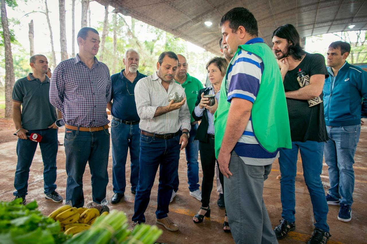 Herrera Ahuad entregó equipamiento a los productores feriantes de la Chacra 32-33