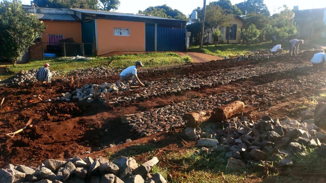 Campo Grande: Kako Sartori fortalece obras de empedrados y mejoras de caminos