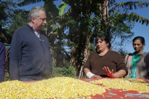 Passalacqua visitó un emprendimiento rural liderado por mujeres que producen harina de maíz, poroto y mandioca