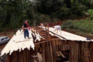Dos de Mayo: Tareferos construyen un merendero en la Picada Aguas Blancas