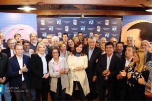 Cristina participó de la cumbre del PJ que busca el armado de un frente electoral