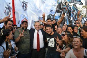 Alberto Fernández saludó a la militancia en la Residencia del Gobernador