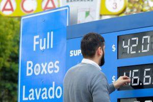 El Gobierno frenó el aumento de combustibles previsto para este lunes