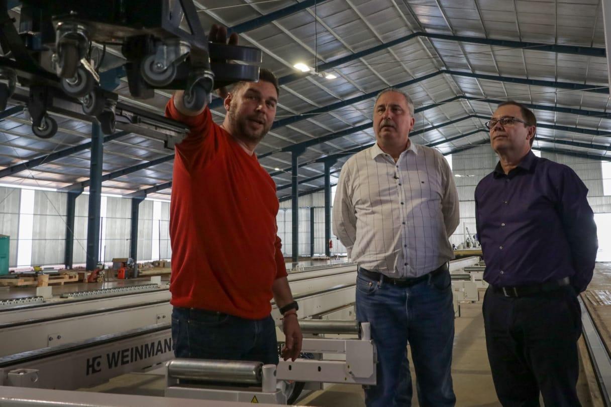 Passalacqua recorrió fábrica de casas de madera en el Parque Industrial de Posadas