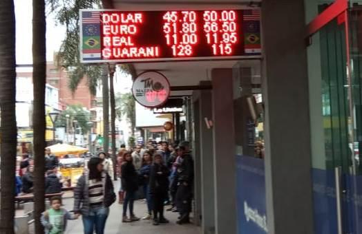 Diferencia de 4,30 pesos el lunes temprano. Y cola de clientes esperando a que se abrieran operaciones.