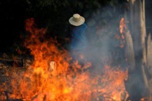 Um homem trabalha em um trecho de queimada da floresta amazônica, como está sendo desmatada por madeireiros e agricultores em Iranduba, Amazonas, Brasil, 20 de agosto de 2019. REUTERS / Bruno Kelly /