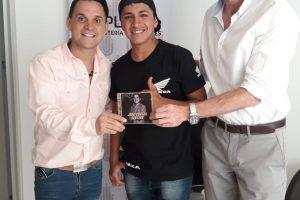 """Juan Carlos Centeno recibió el material discográfico de """"Nuestros Talentos"""""""