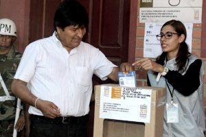 Acorralado por las Fuerzas Armadas, renunció Evo Morales