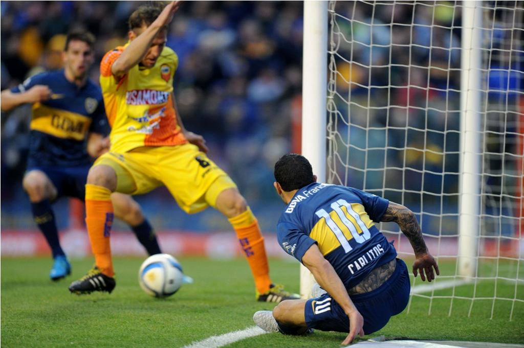 Télam 04/10/2015 Buenos Aires: El líder Boca Juniors, le gana 1 a 0 a Crucero del Norte de Misiones, por la fecha 27 del Campeonato de Primera División. Jugada del gol en contra de Tomasini. Foto: Juan Roleri/cf